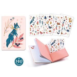 Djeco notitieboek en stickerboek Lucille Van het Franse merk Djeco is dit mooie notitieboek met 120 stickers. Het notitieboek Lucille heeft 78 blanco pagina's voor je notities en 140 leuke stickers om te versieren. Het tinounotitieboek met 120 stickers is ook een aanrader.