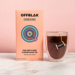 Offblak Earl Grey & Roze zwarte thee - Future is pink  Je wekker gaat. Je springt uit bed met het gevoel alsof je de hele nacht aan een oplader hebt gehangen. Je klaarmaken gaat zo snel en gemakkelijk, er is zelfs tijd om jezelf in de spiegel te bekijken - ga ze halen, tijger! Stel je nu eens voor dat je dat allemaal uit een thee zou kunnen halen,..zwarte thee met een hoog cafeïnegehalte, is hier om je vanochtend op te laden! 12 Pyramide theezakjes
