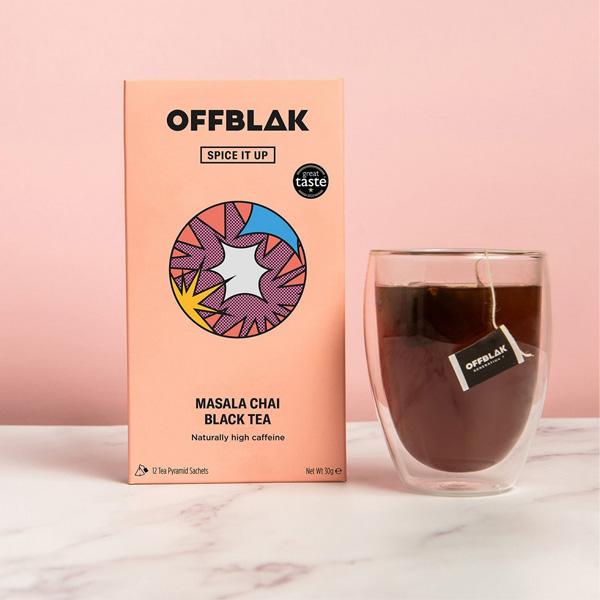Offblak zwarte thee masala chai Je wekker gaat. Je springt uit bed met het gevoel alsof je de hele nacht aan een oplader hebt gehangen. Je klaarmaken gaat zo snel en gemakkelijk, er is zelfs tijd om jezelf in de spiegel te bekijken - ga ze halen, tijger! Stel je nu eens voor dat je dat allemaal uit een thee zou kunnen halen,..zwarte thee met een hoog cafeïnegehalte, is hier om je vanochtend op te laden! 12 Pyramide theezakjes