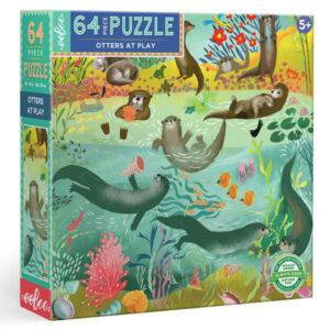 Eeboo Otter puzzel 64 stuks vanaf 5 jaar Deze bekroonde otter puzzel met 64 puzzelstukjes is geïllustreerd door Uta Krogmann. Met grote stukken is deze puzzel perfect voor kinderen vanaf 5 jaar. Deze vierkante puzzel van 38cm x 38cm is een geweldige activiteit voor het hele gezin. Puzzels zijn educatief voor kleine kinderen! Het samenstellen van een puzzel helpt bij de ontwikkeling van patroon-, vorm- en kleurherkenning. Kinderen voelen zich uitgedaagd door de taak en zijn trots op de voltooiing ervan! De mooie otter puzzel is geïllustreerd door Uta Krogmann voor het Amerikaanse merk Eeboo. Gedrukt op gerycled karton met plantaardige inkt. Afmeting puzzel: 38cm x 38cm Leeftijd: vanaf 5 jaar
